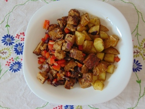 vegan-brunch-basic-tempeh-scramble-and-rosemary-roasties-1