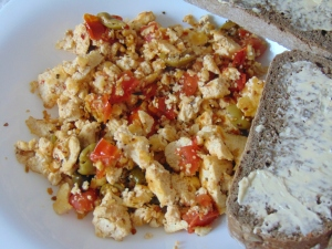 vegan-brunch-puttanesca-scramble